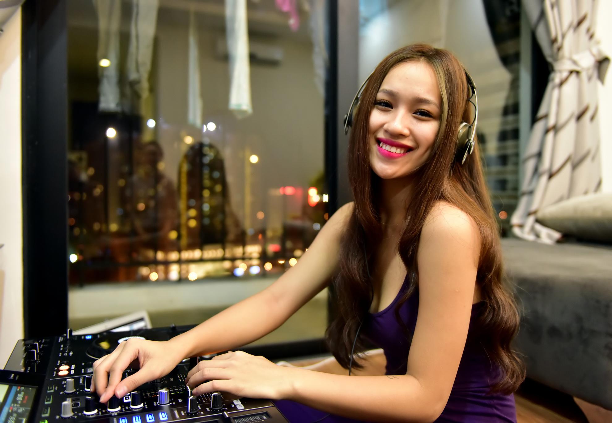 DJ Tít xinh đẹp và một ngày bận rộn